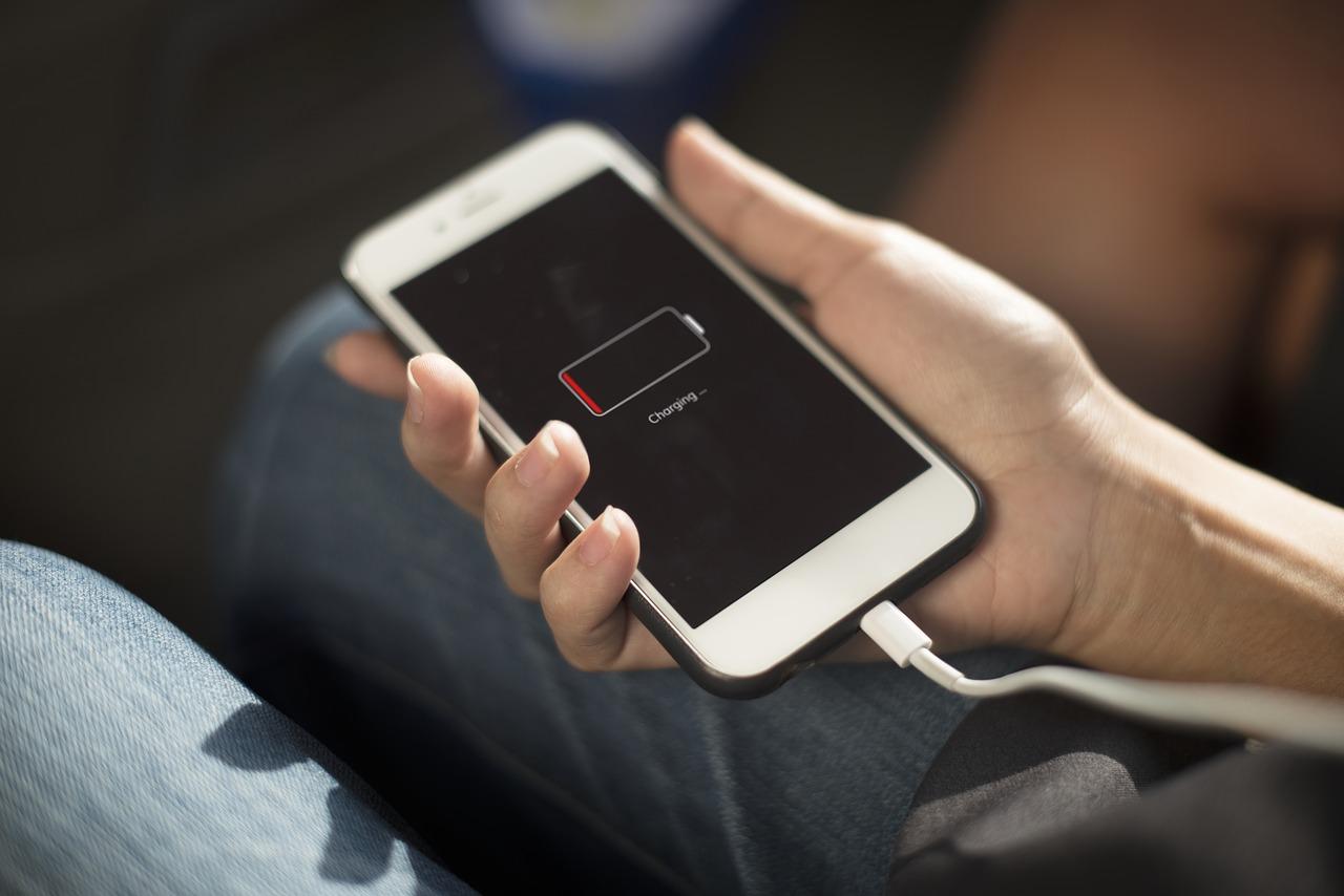ドローン用バッテリーからスマホを充電する方法