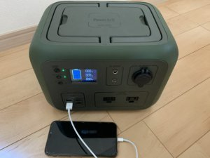 PowerArQ2でスマホを充電中